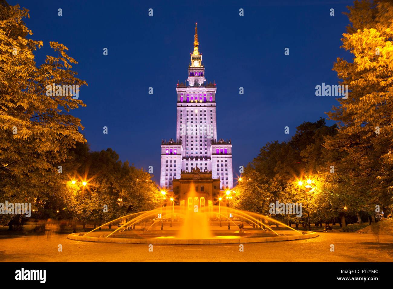 Il Palazzo della Cultura e della scienza a Varsavia in Polonia durante la notte. Immagini Stock