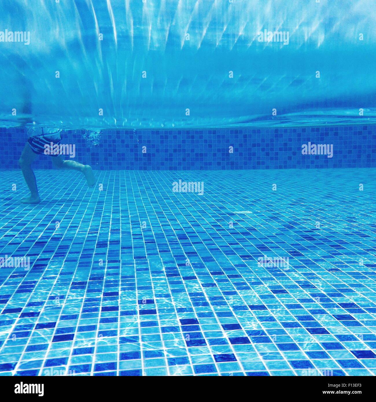 Vista subacquea di un ragazzo a camminare in una piscina Immagini Stock