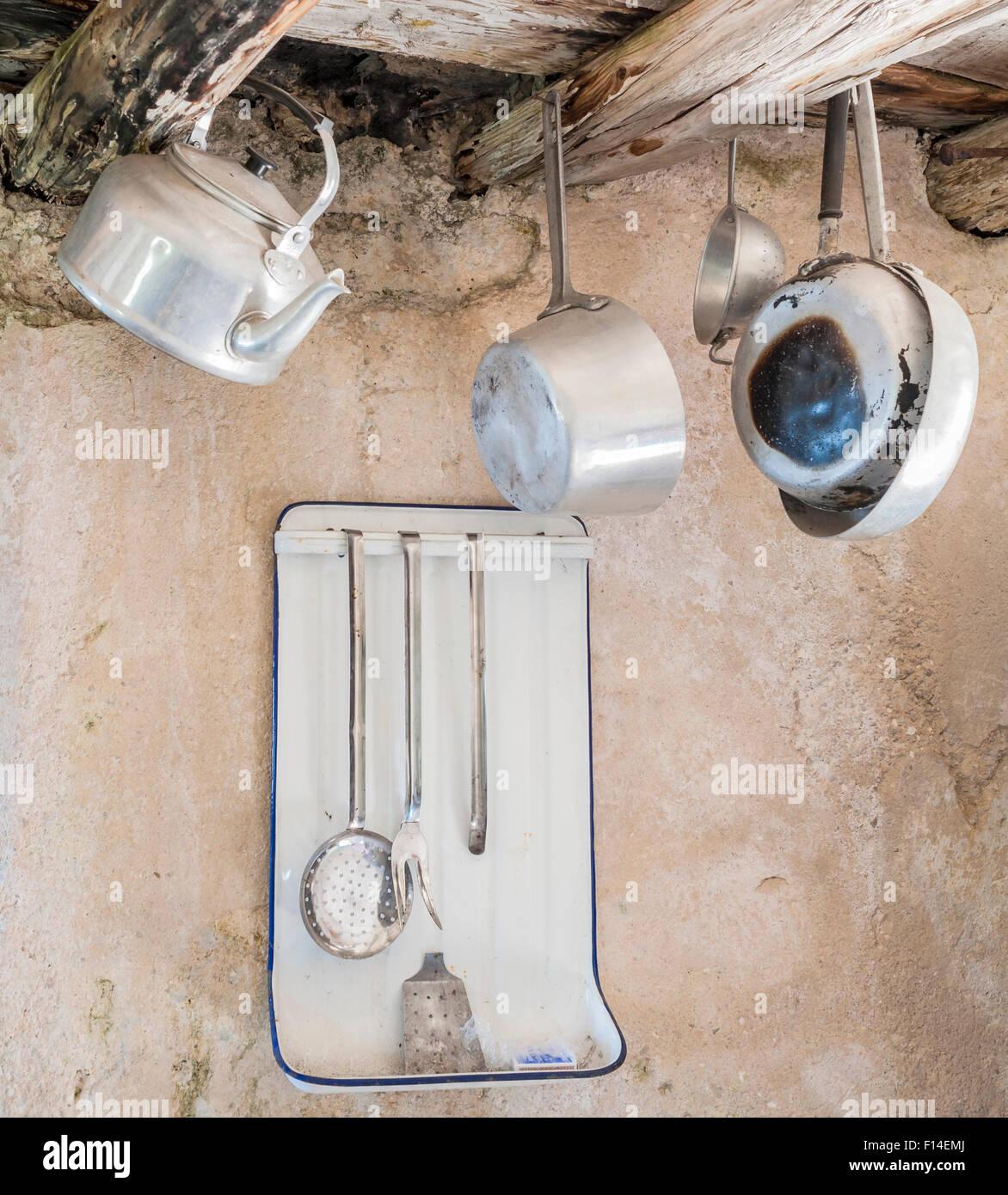 Vecchi utensili da cucina in alluminio. Pendente da vecchie travi in ...