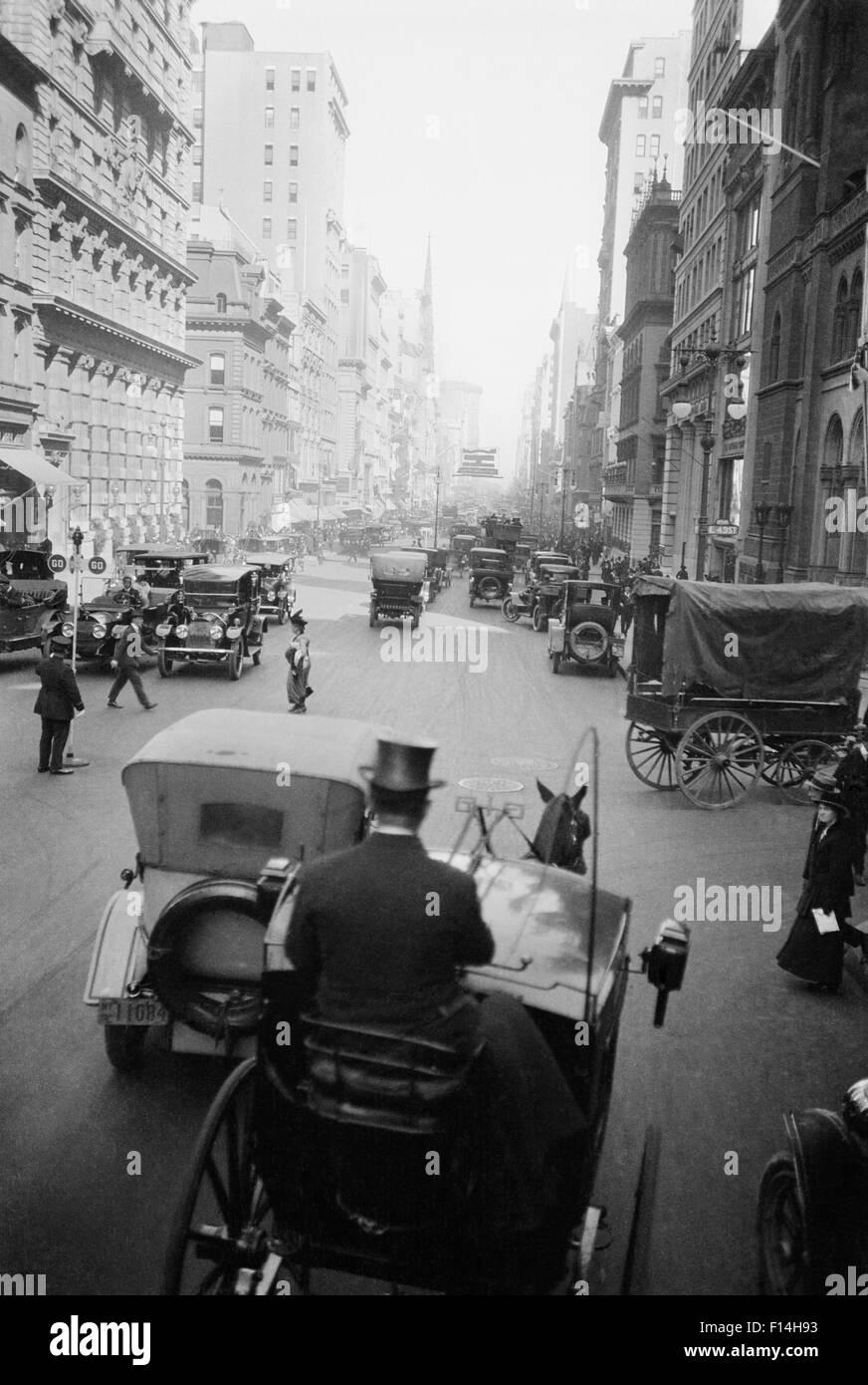 1910s 5TH AVE A XLIII guardando a Nord carri auto i pedoni una cabina  HANSOM E 948a37e9fcd8