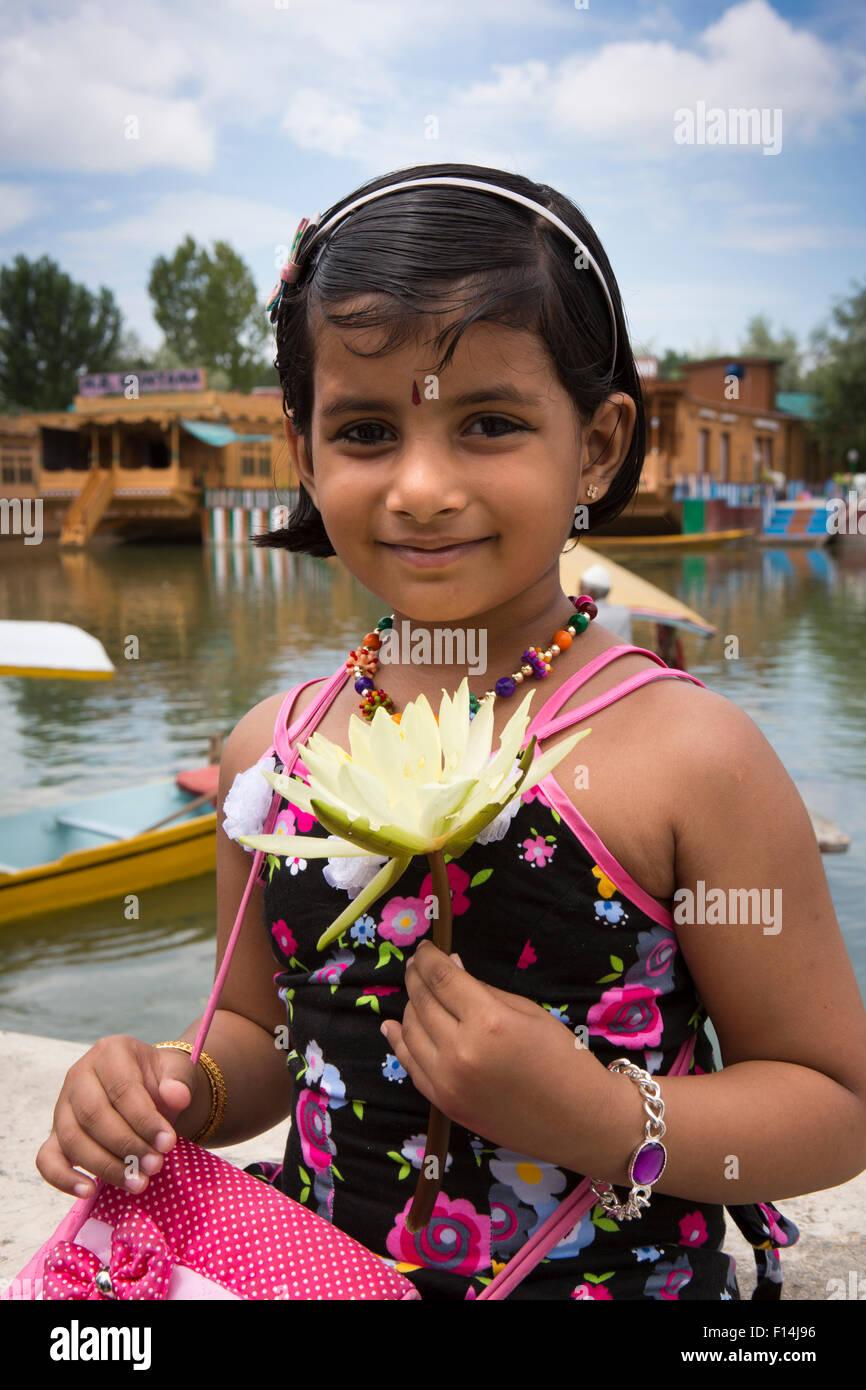 India, Jammu e Kashmir Srinagar, dal lago, giovane ragazza di Delhi famiglia in vacanza azienda fiore di loto Immagini Stock