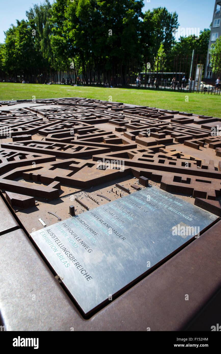 Strada modello di layout al Memoriale del Muro di Berlino, Germania Immagini Stock