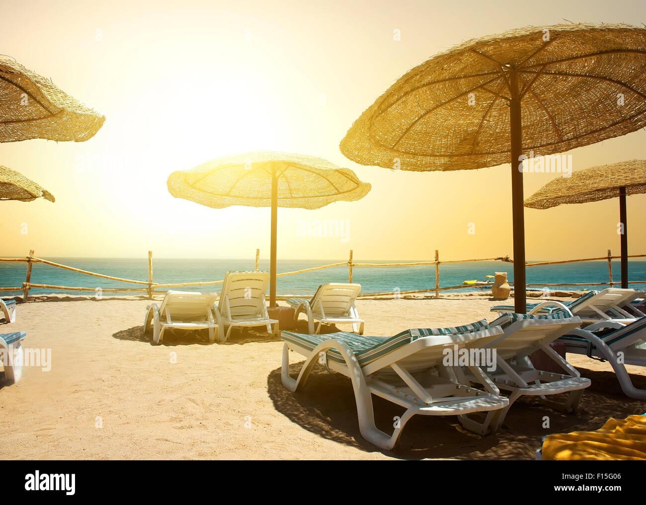 Spiaggia di sabbia vicino al mare rosso al tramonto Immagini Stock