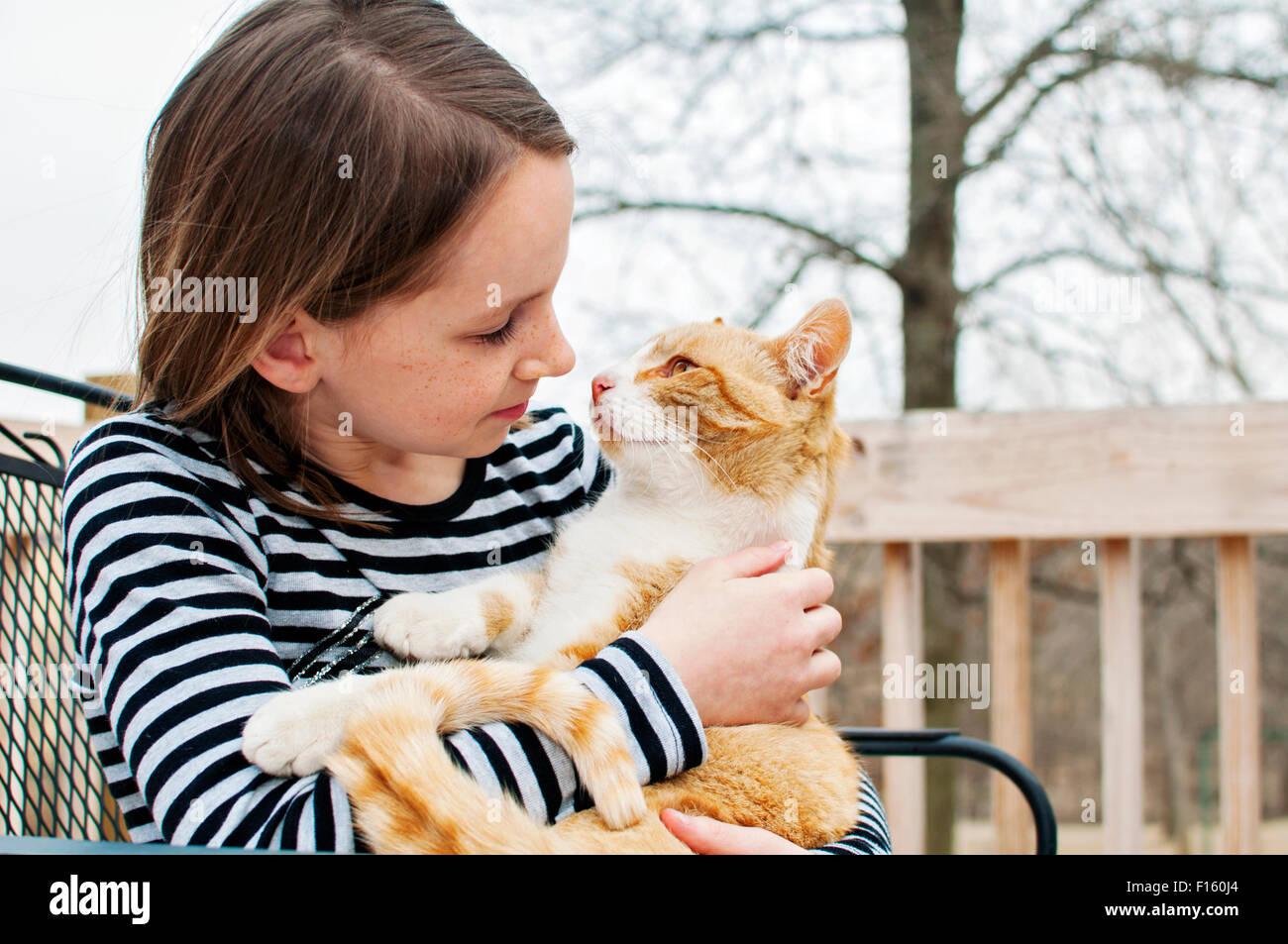 Una ragazza e il suo gatto Immagini Stock