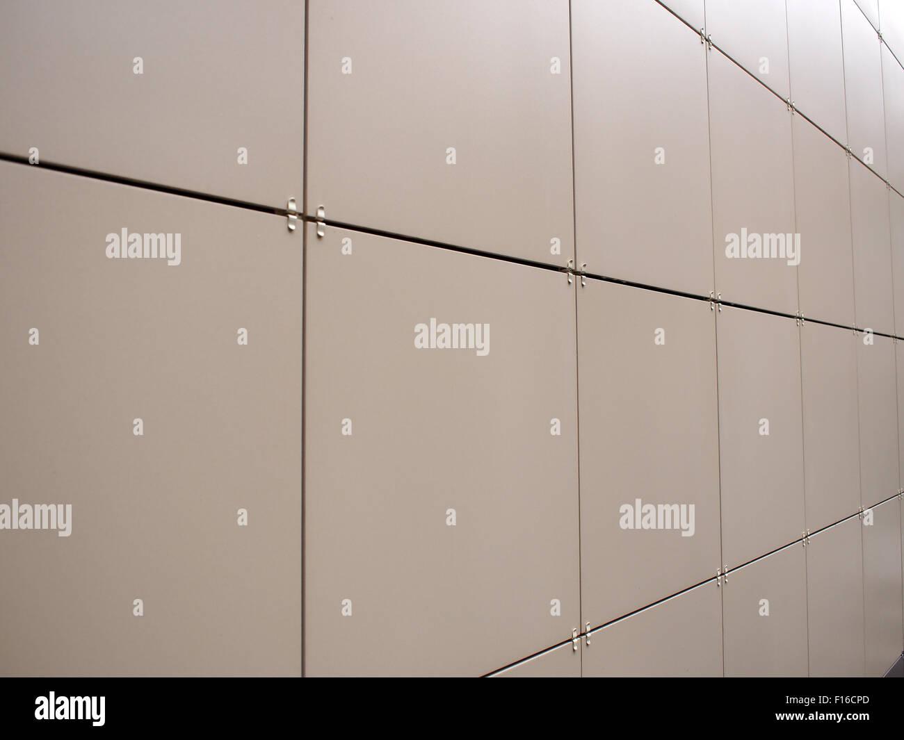 Muro beige delle grandi piastrelle decorative fotografate con un