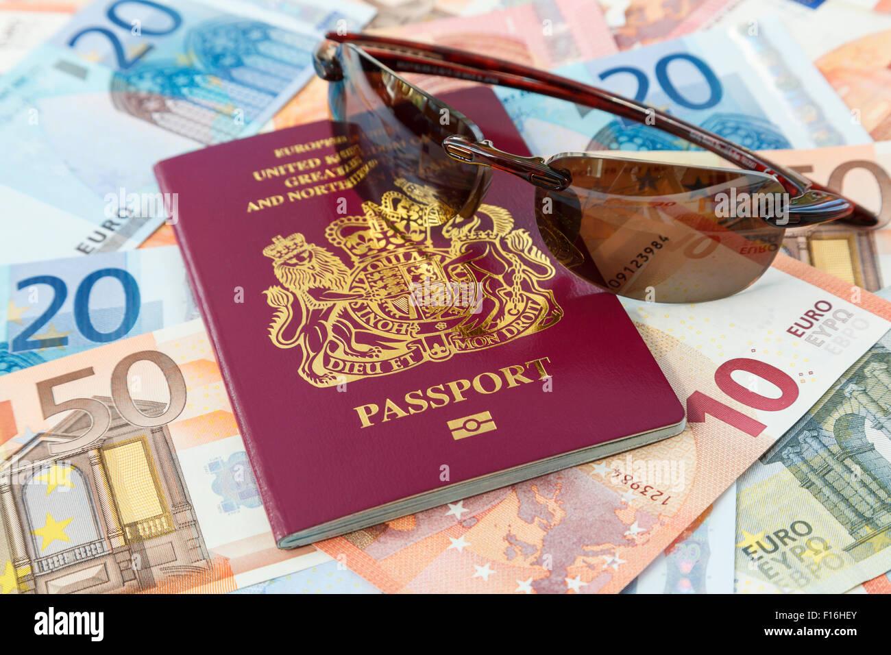 Cose di viaggio con un passaporto britannico valuta Euro e occhiali da sole per viaggiare in paesi di Eurozona DAL Immagini Stock