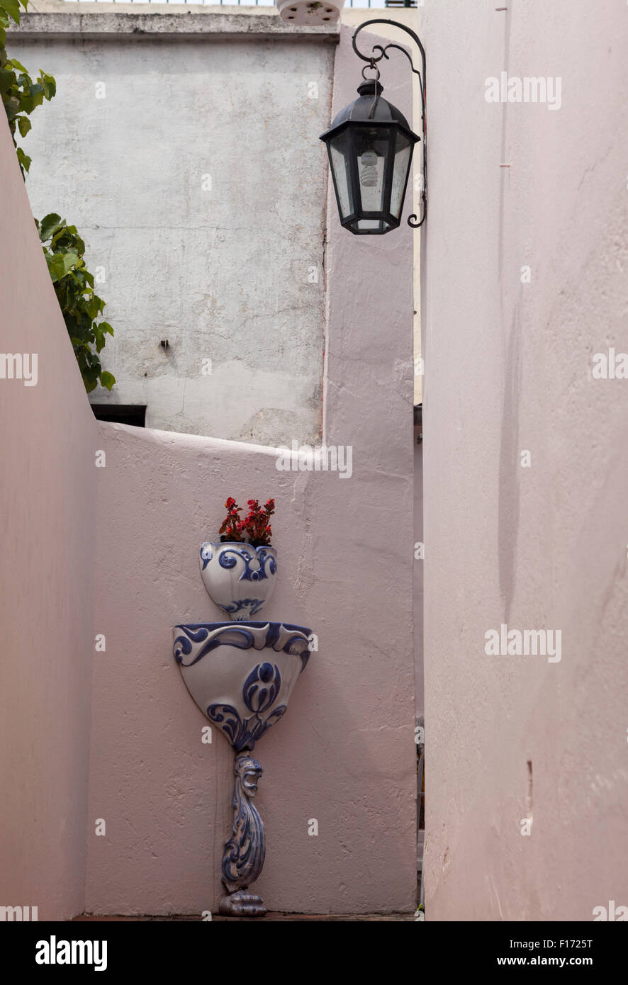 Piantatrice di porcellana & fontana a parete nel passaggio off Calle de Santa Rita nella città vecchia Immagini Stock