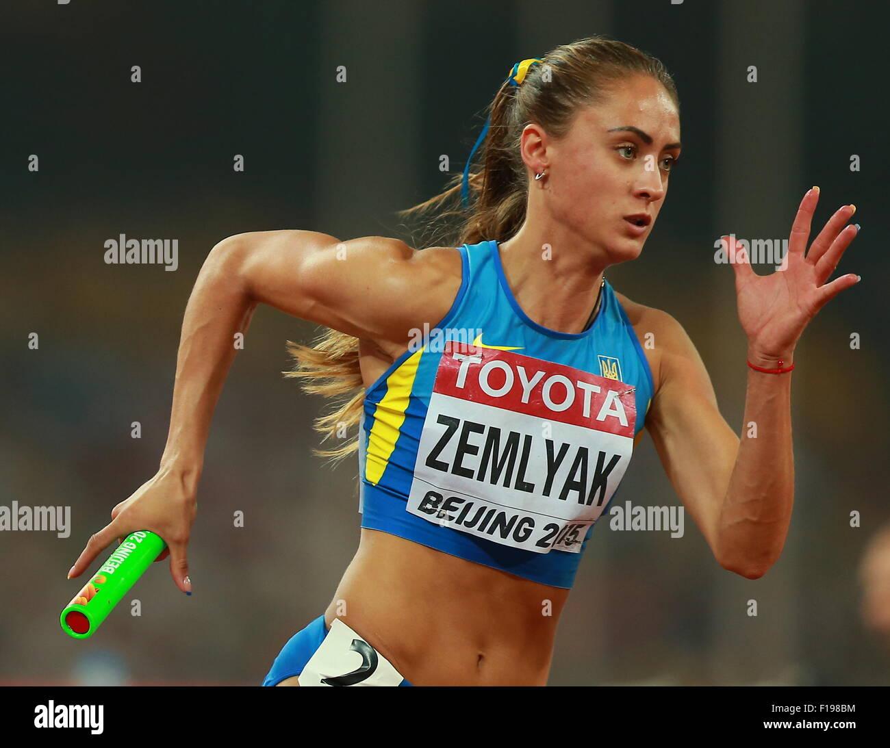 Pechino, Cina. Agosto 30, 2015. Per l'Ucraina Olha Zemlyak compete in campo femminile 4x400m relè sul finale Immagini Stock