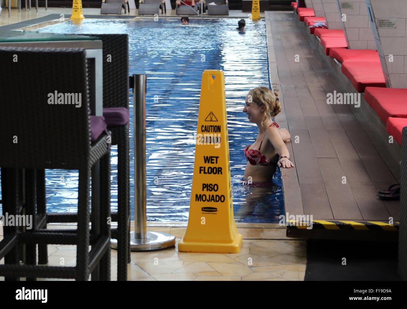 Pavimento bagnato salute sicurezza segno accanto alla piscina Immagini Stock