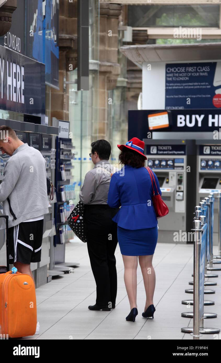 Donna vestita di patriottico costume di inglese a Sheffield stazione ferroviaria Foto Stock