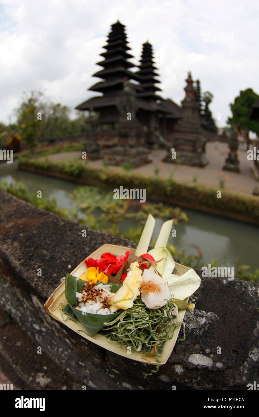 Px41766-D. offrendo a sinistra nella parte anteriore del pagode in Pura Taman Ayun. Bali, Indonesia. Foto Copyright Immagini Stock