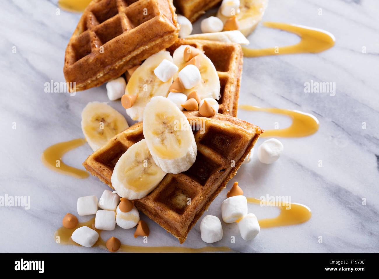 Le cialde con il burro di arachidi e banane e rabboccato con sciroppo di caramello Immagini Stock