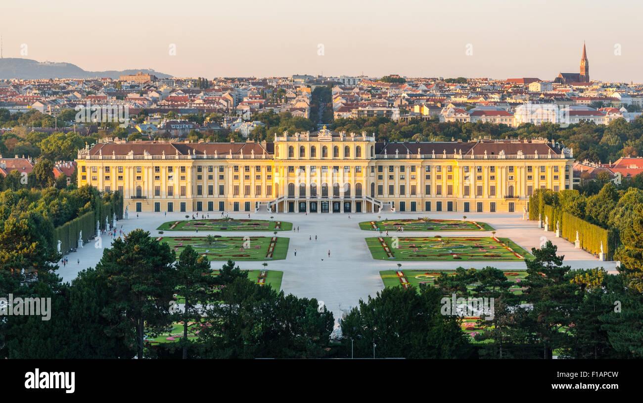 Castello di Schönbrunn, Vienna, Austria su una sera d'estate Immagini Stock
