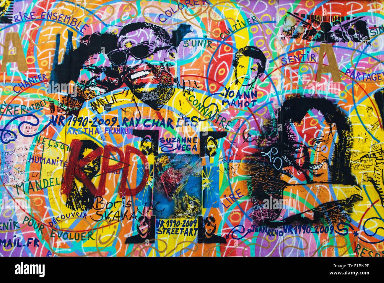 Ritratti di celebrità in 'Amour Paix' da Andreas Paulun sulla East Side Gallery di Berlino, Germania. Foto Stock