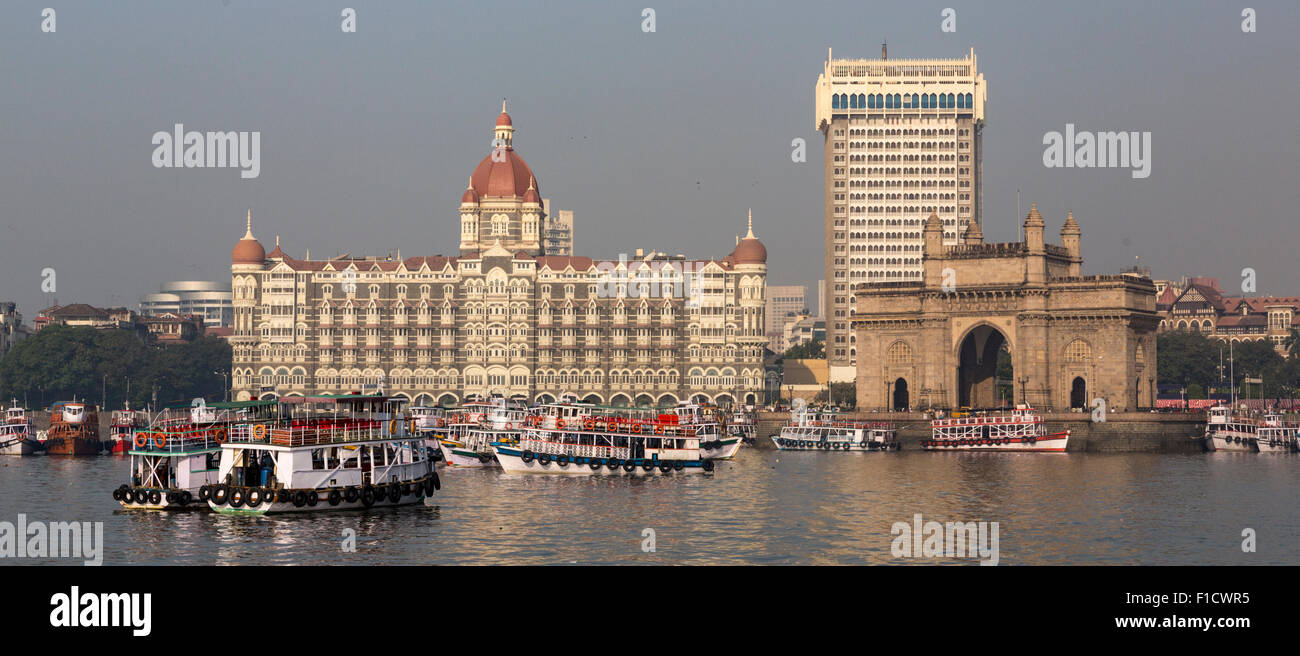 Mumbai waterfront dal porto con skyline, escursione barche, Gateway of India arch e Taj Mahal Palace Hotel Immagini Stock