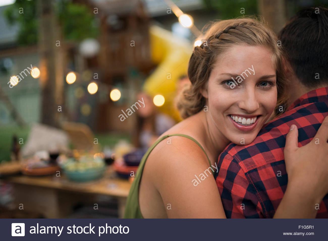 Ritratto sorridente ragazza abbracciando il fidanzato Immagini Stock