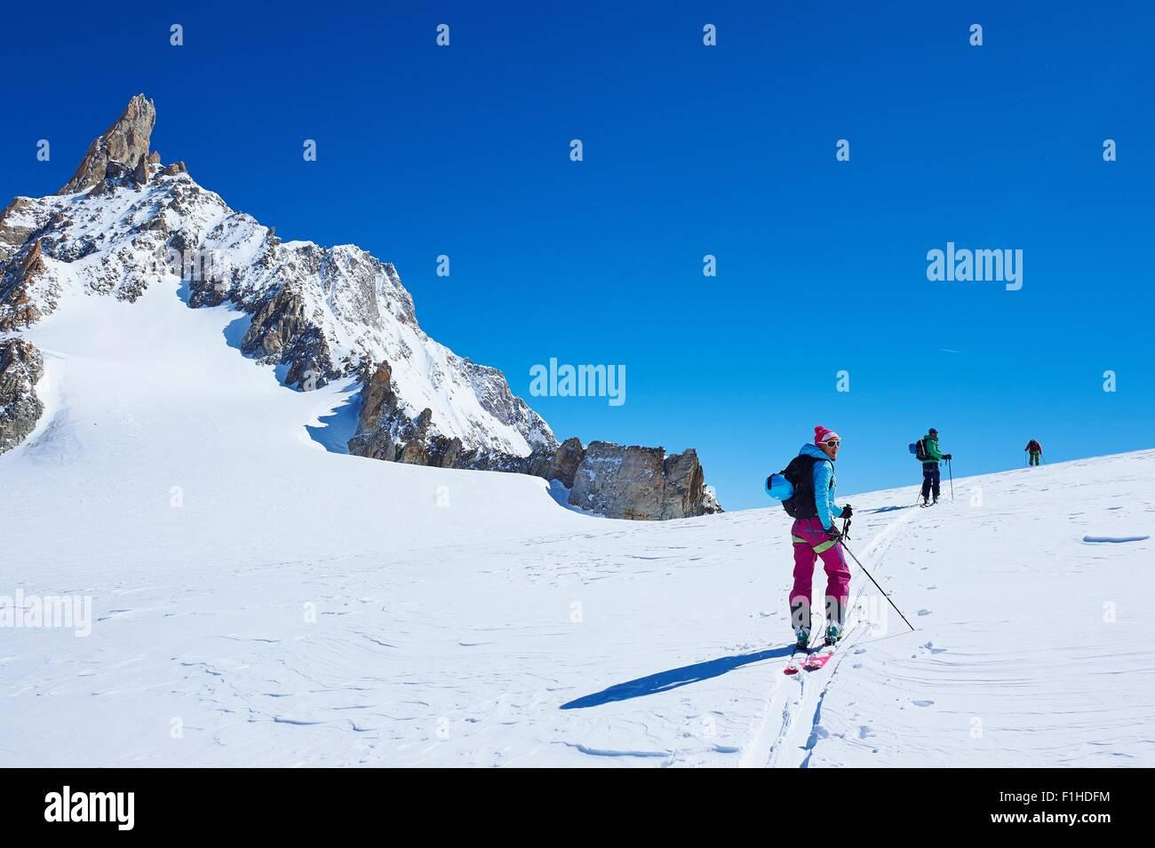 Tre Adulto sciatore nello spostamento verso l'alto massiccio del Monte Bianco, Graian Alpi, Francia Immagini Stock