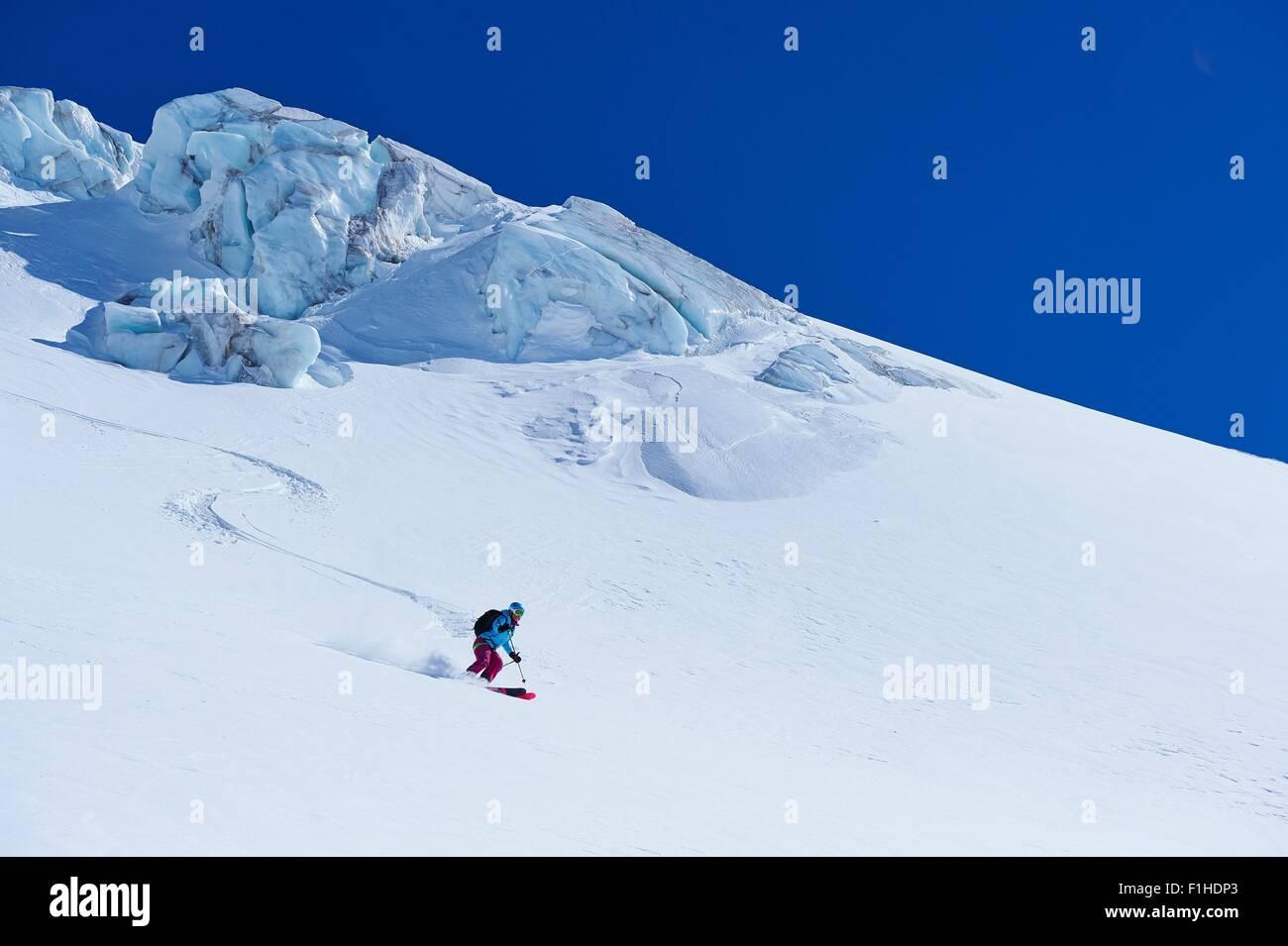 Sciatore femmina sposta in basso il massiccio del Monte Bianco, Graian Alpi, Francia Immagini Stock