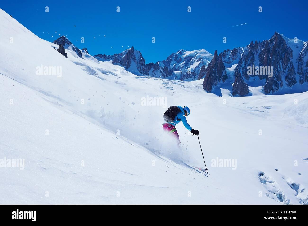 Femmina matura sciatore sposta in basso il massiccio del Monte Bianco, Graian Alpi, Francia Immagini Stock