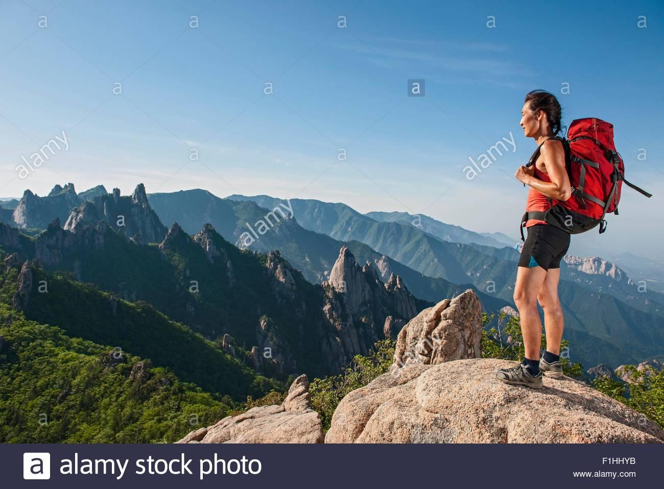 Escursionista femmina guardando fuori dal crinale a Seoraksan National Park, Gangwon, Corea del Sud Immagini Stock