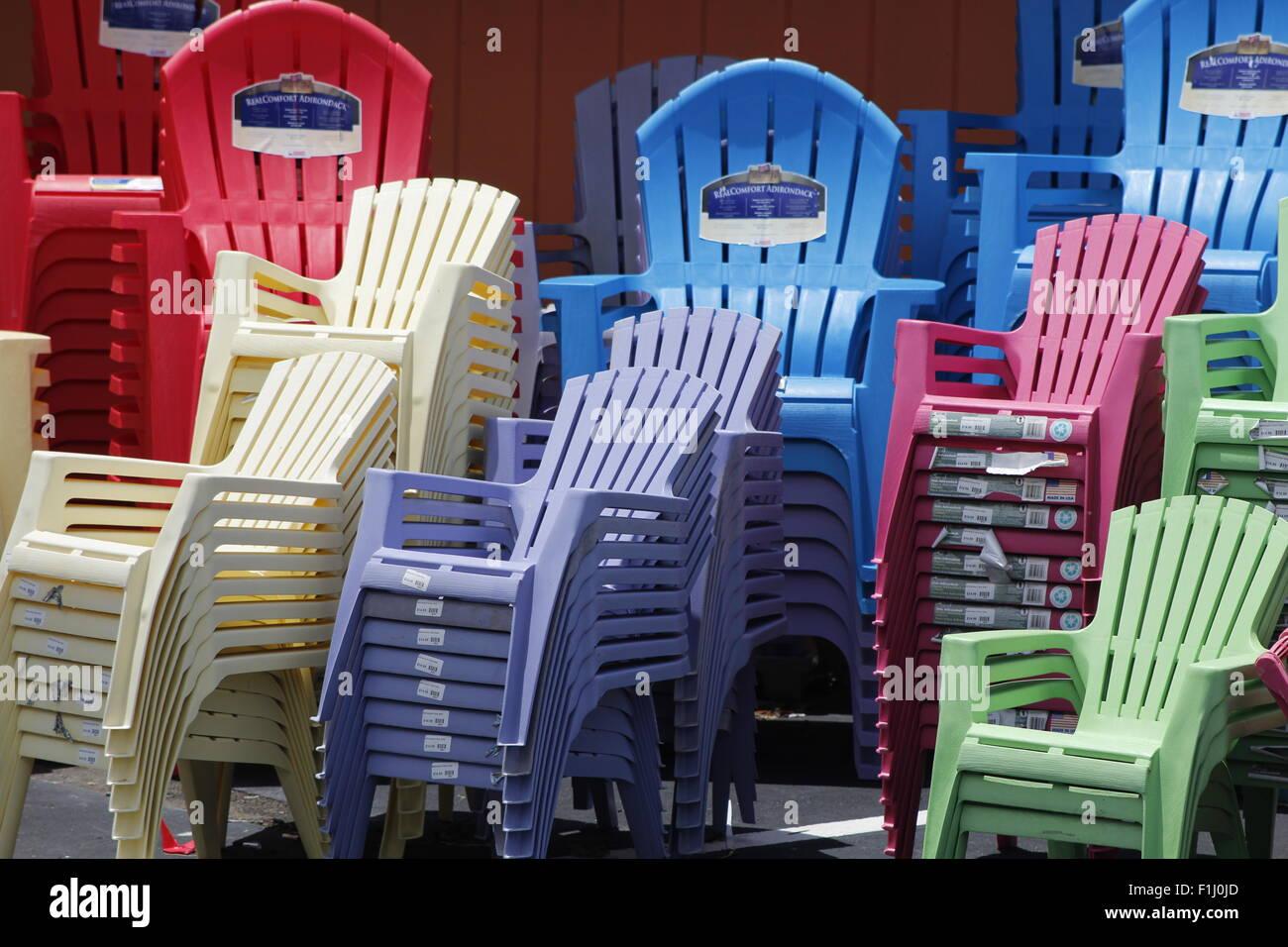 Sedie In Plastica Stock.Colorate Sedie Di Plastica Impilate Foto Immagine Stock 87062149
