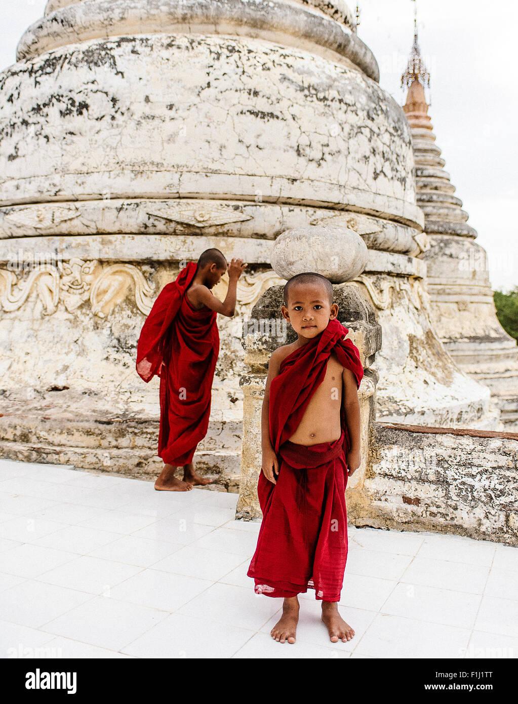 Il debuttante monaci al tempio di Bagan, Myanmar Immagini Stock