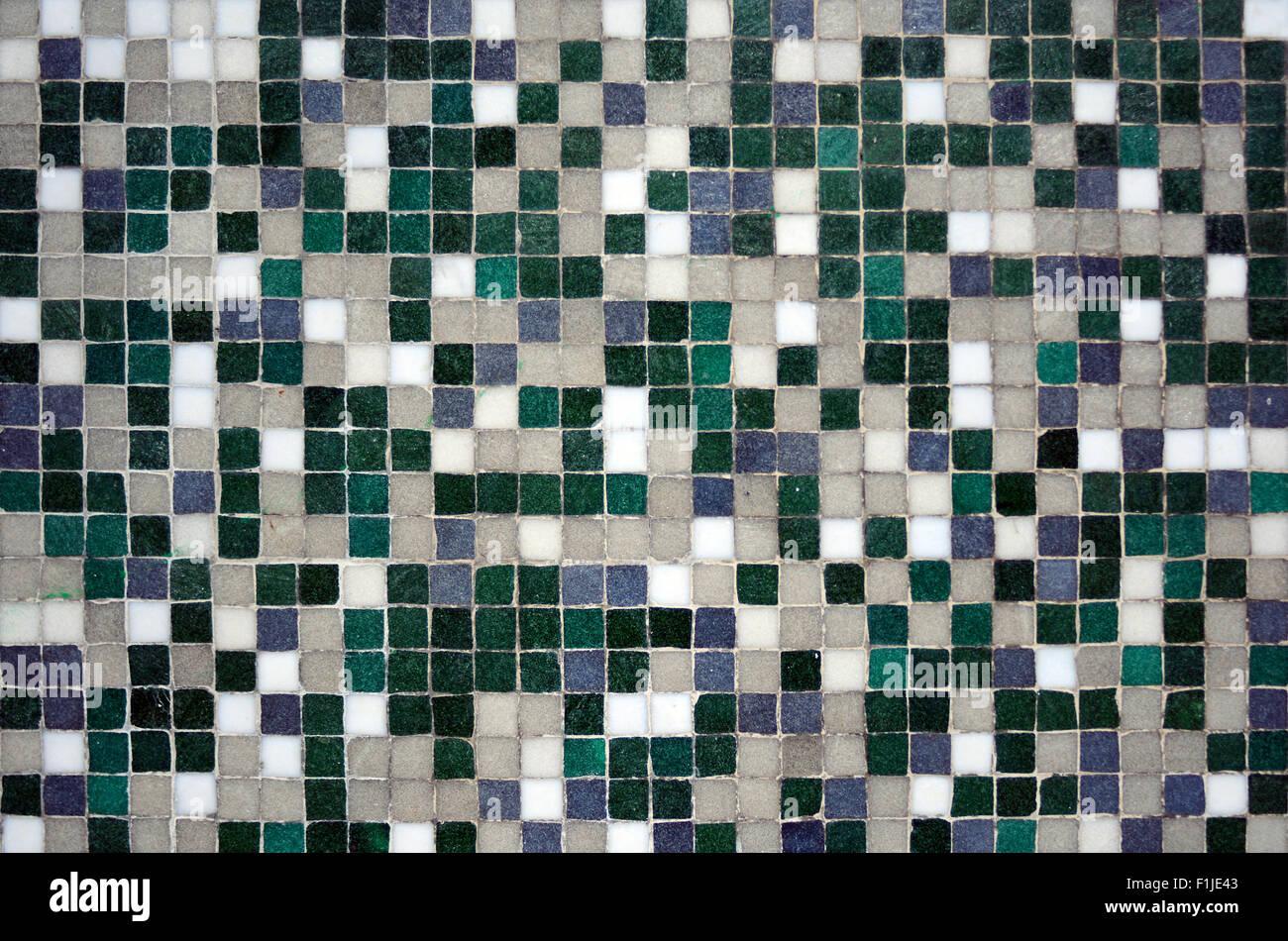 Mosaico di sfumatura di verde e piastrelle bianche abstract
