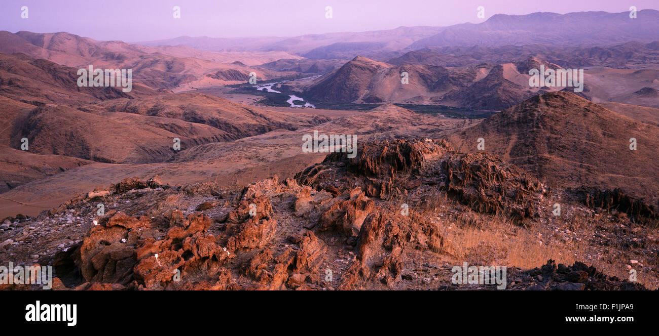 Panoramica del paesaggio e il fiume Kunene, Angola e Namibia, Africa Africa di confine Foto Stock