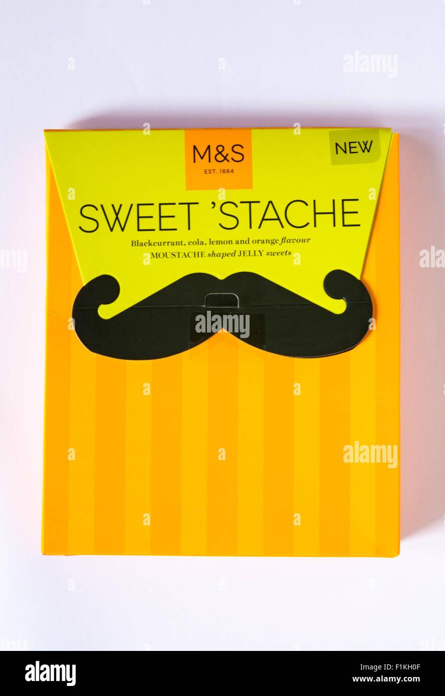 Scatola di M&S dolce 'stache ribes nero, cola, limone e aroma di arancio a forma di baffi caramelle gommose isolati Foto Stock