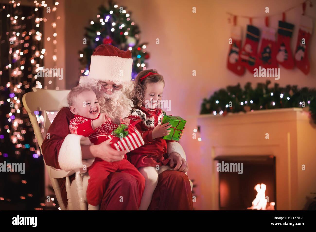 Camino Di Babbo Natale.Babbo Natale E I Bambini Apertura Presenta Al Camino I