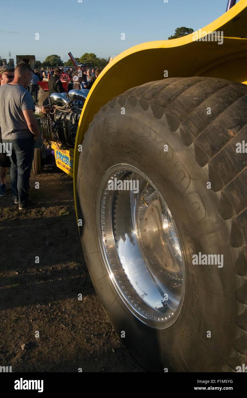 Rasata pneumatici verso il basso su un estrattore del trattore Immagini Stock