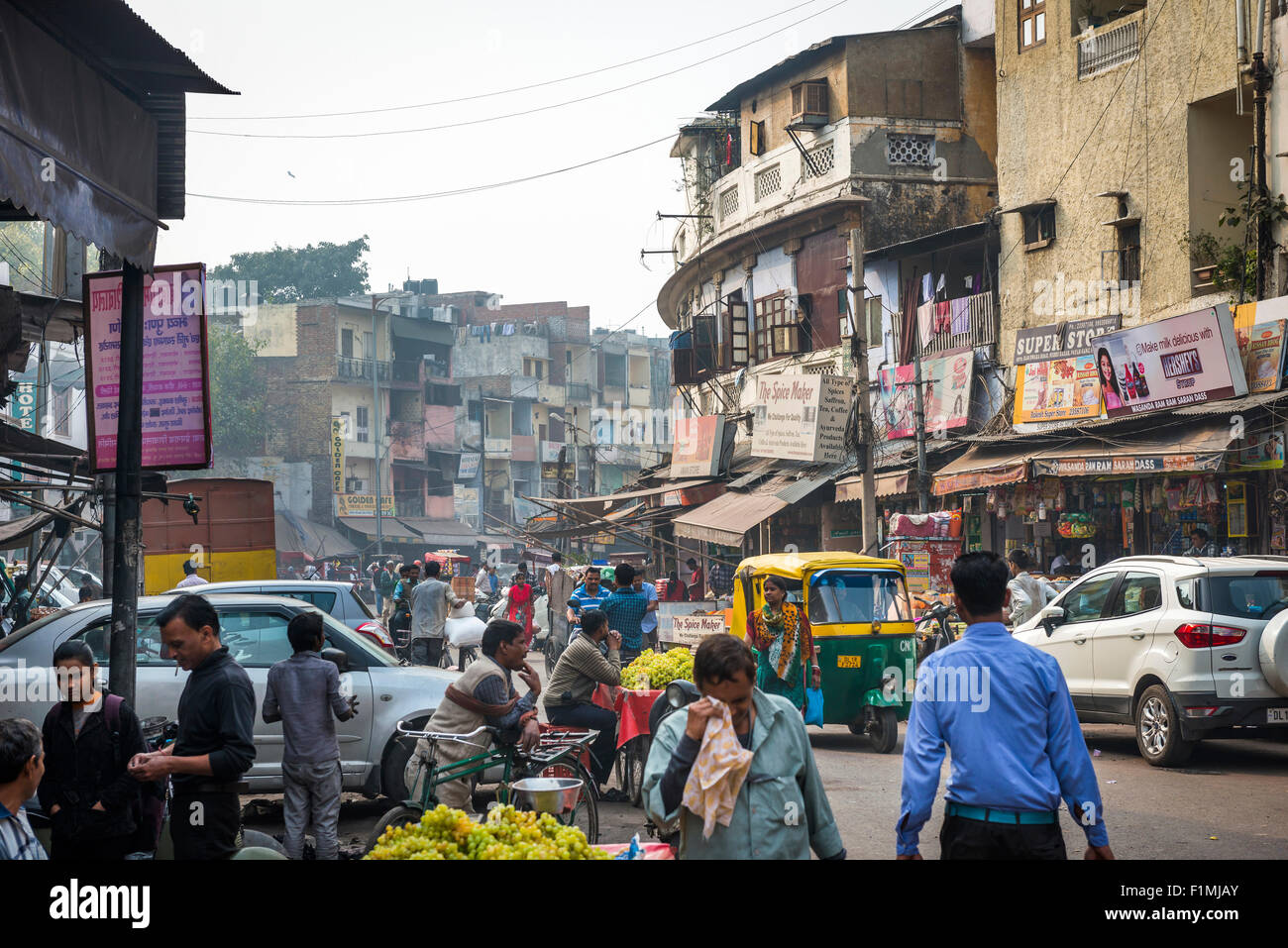 Strada trafficata vicino Bazaar Principale in Paharganj District di New Delhi, India Immagini Stock