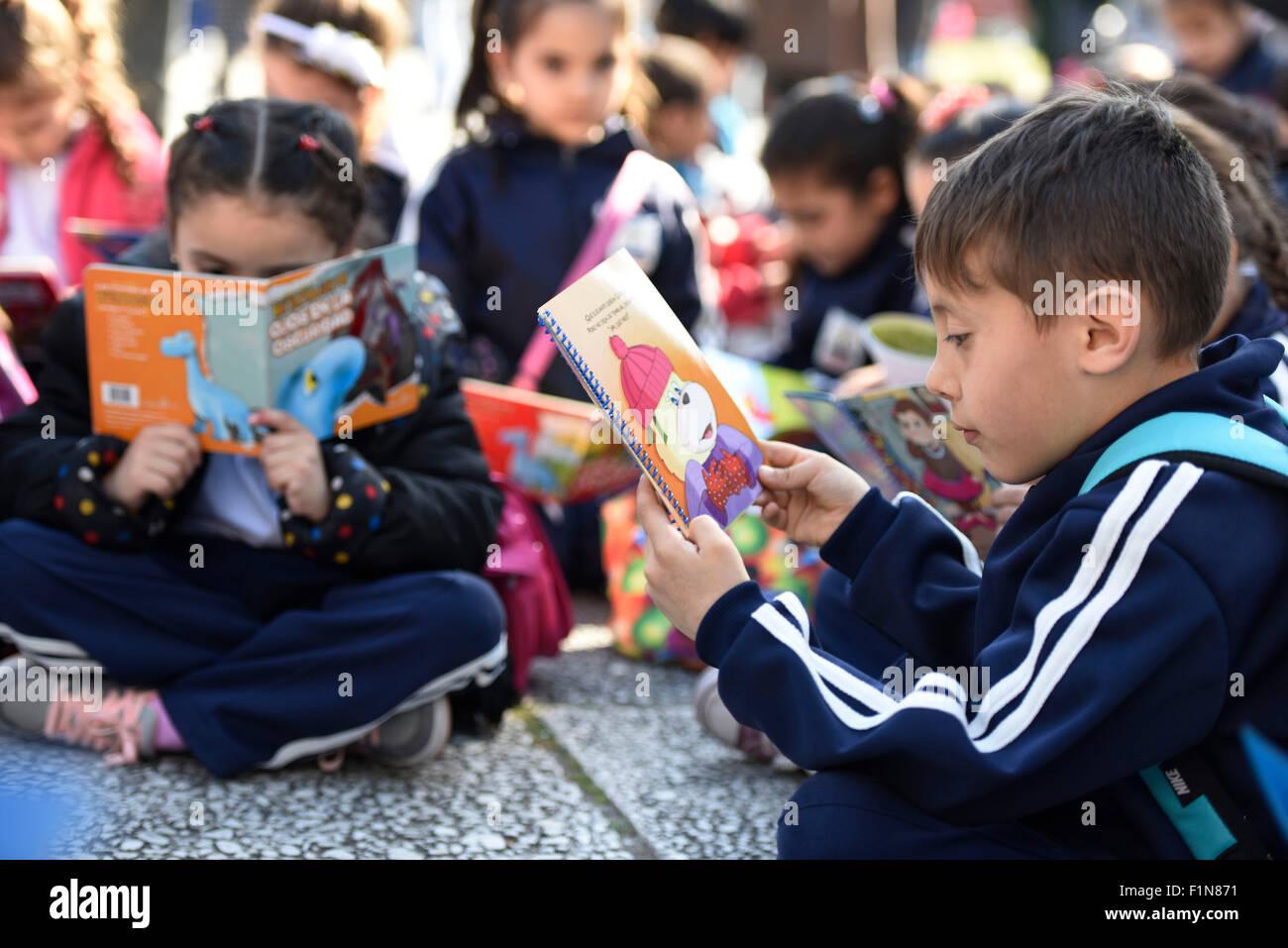 """Montevideo, Uruguay. 4 Sep, 2015. Bambini letto libri durante la prima lettura del mondo giorno """"Al Aire Libro"""" Immagini Stock"""