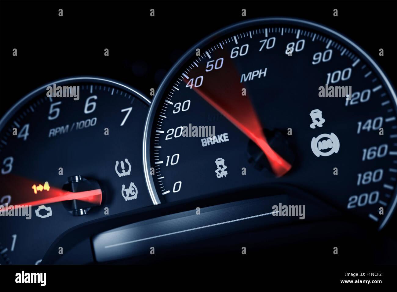 Tachimetro sportivo. Auto sportiva strumenti Cruscotto Closeup. Giri/min e la velocità di dosaggio. Trasporto Immagini Stock