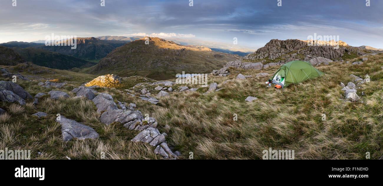 Il luccio freddo wild camp panorama con vista di luccio o Blisco e The Langdale Pikes, Lake District inglese, nella Immagini Stock