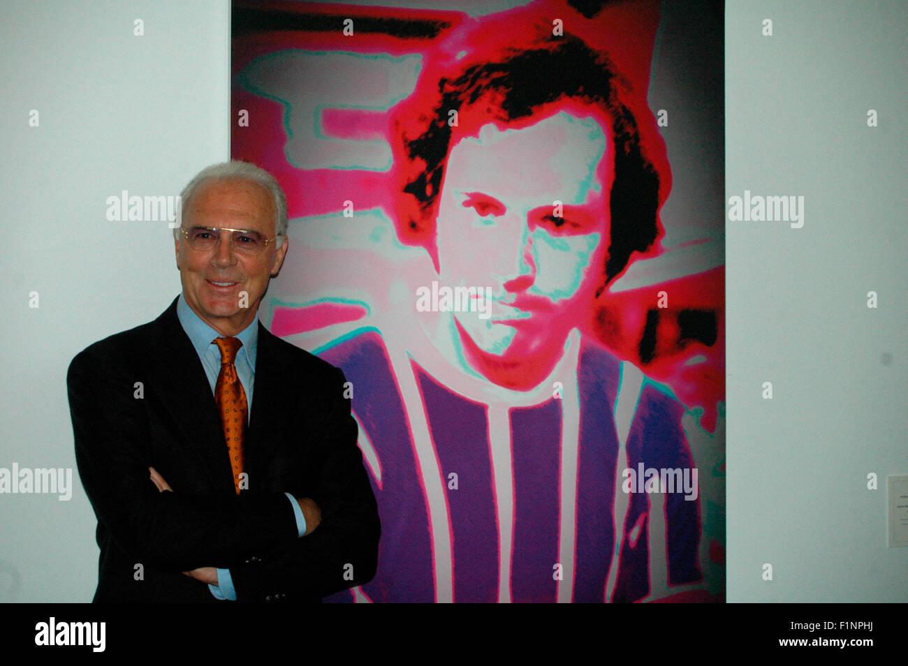 Franz Beckenbauer - Enthuellung eines ritratti des 'Kaiser' der Schweizer Kuenstlerin Annelies ferrovia Štrba, im Rahmen der Ausstellung Foto Stock