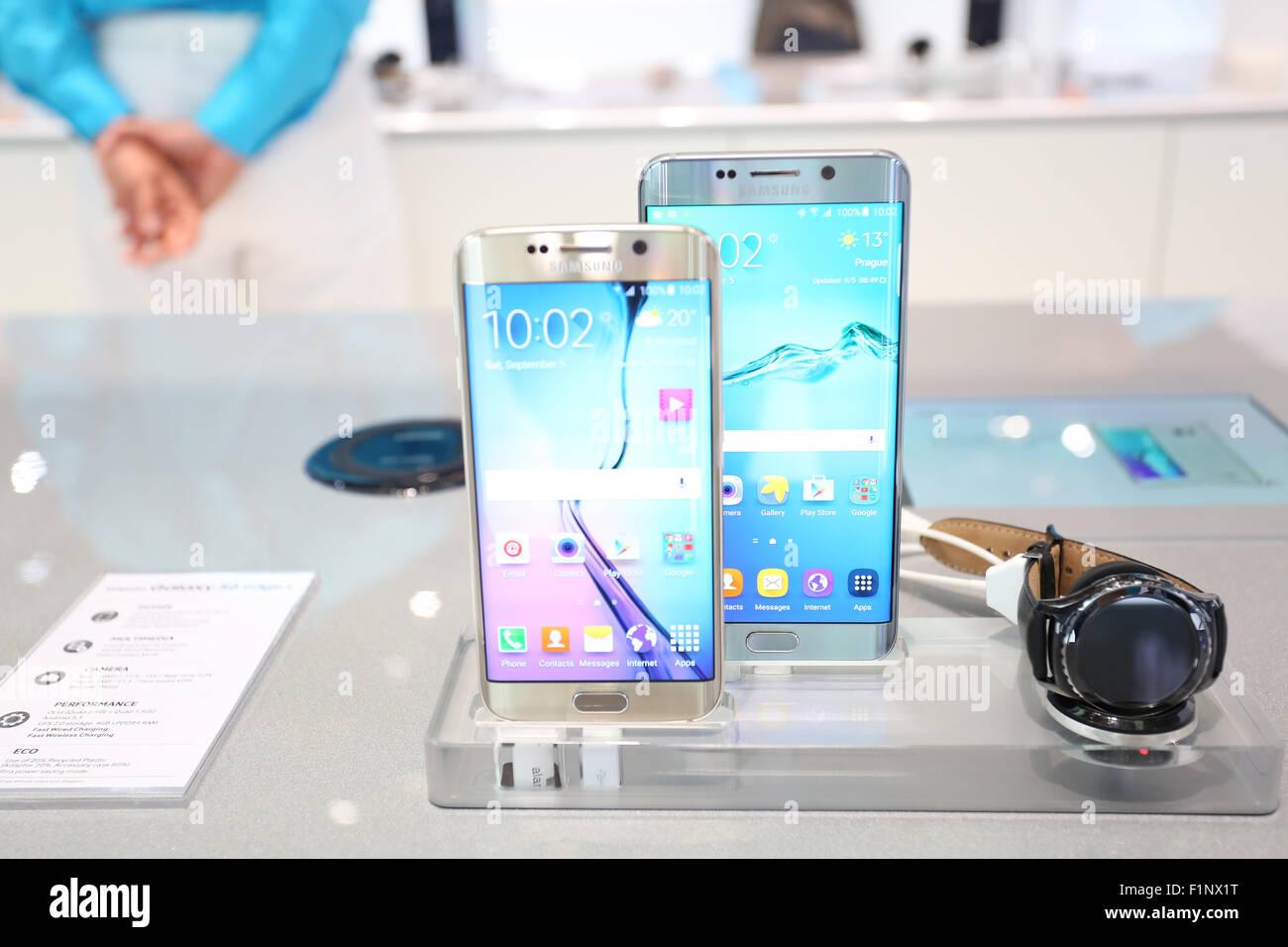 Berlino, Germania, 5 settembre, 2015: Samsung presenta l' impresa smartphone recenti Samsung Galaxy S6+ di bordo Immagini Stock