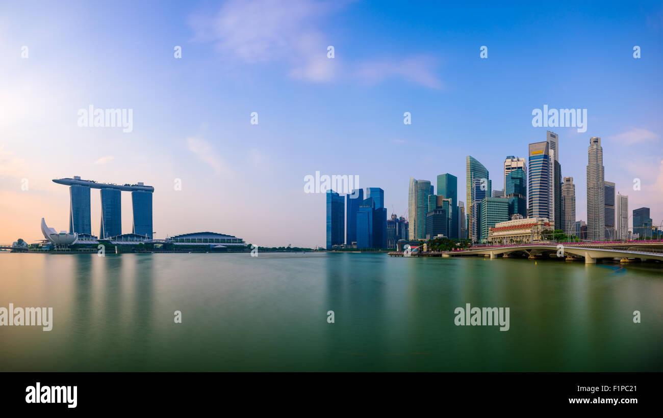 Lo skyline di Singapore presso la Marina. Immagini Stock