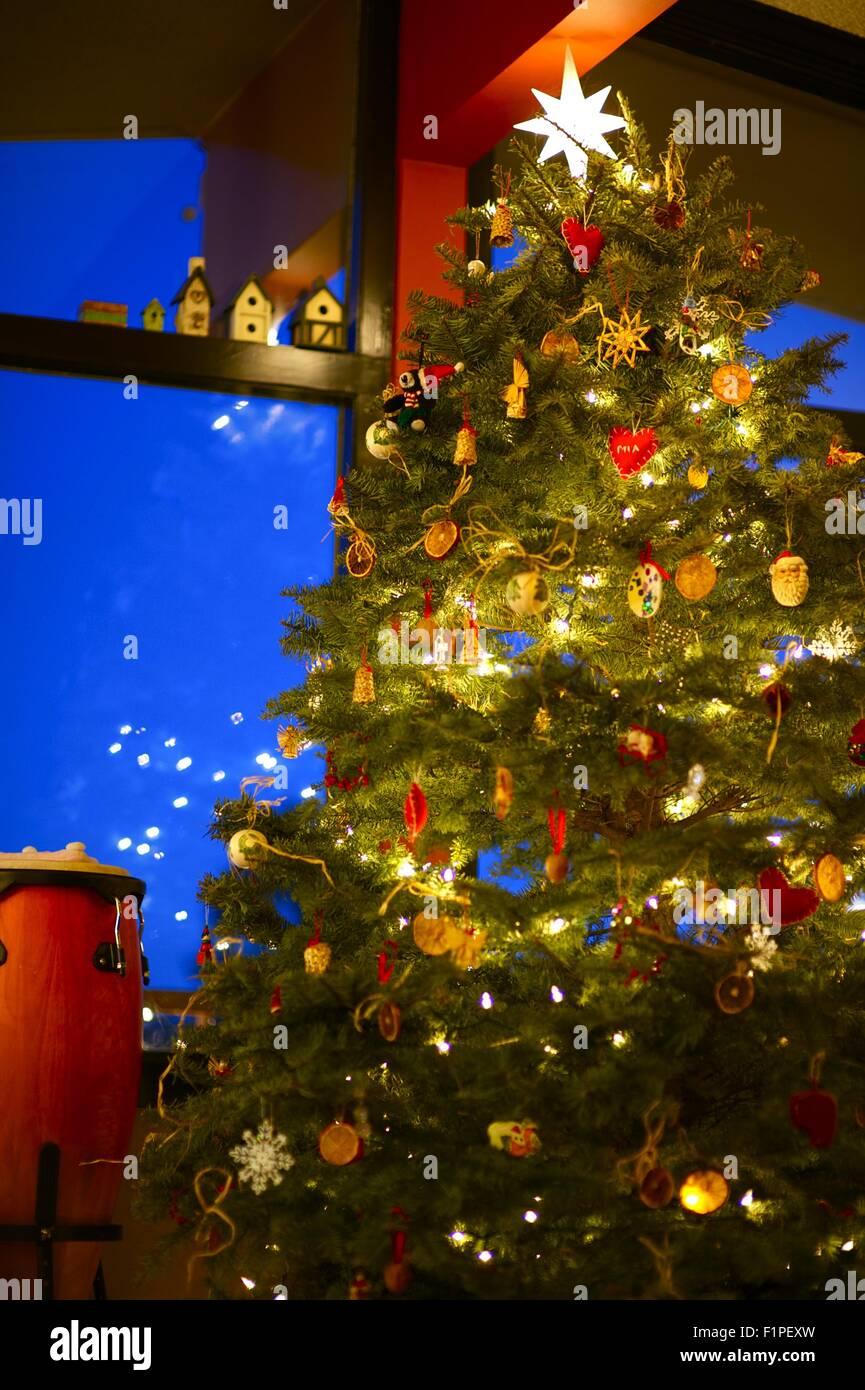 Bellissimo albero di Natale sotto tetto alto. Vacanze a tema natalizio. Fotografia verticale. Immagini Stock