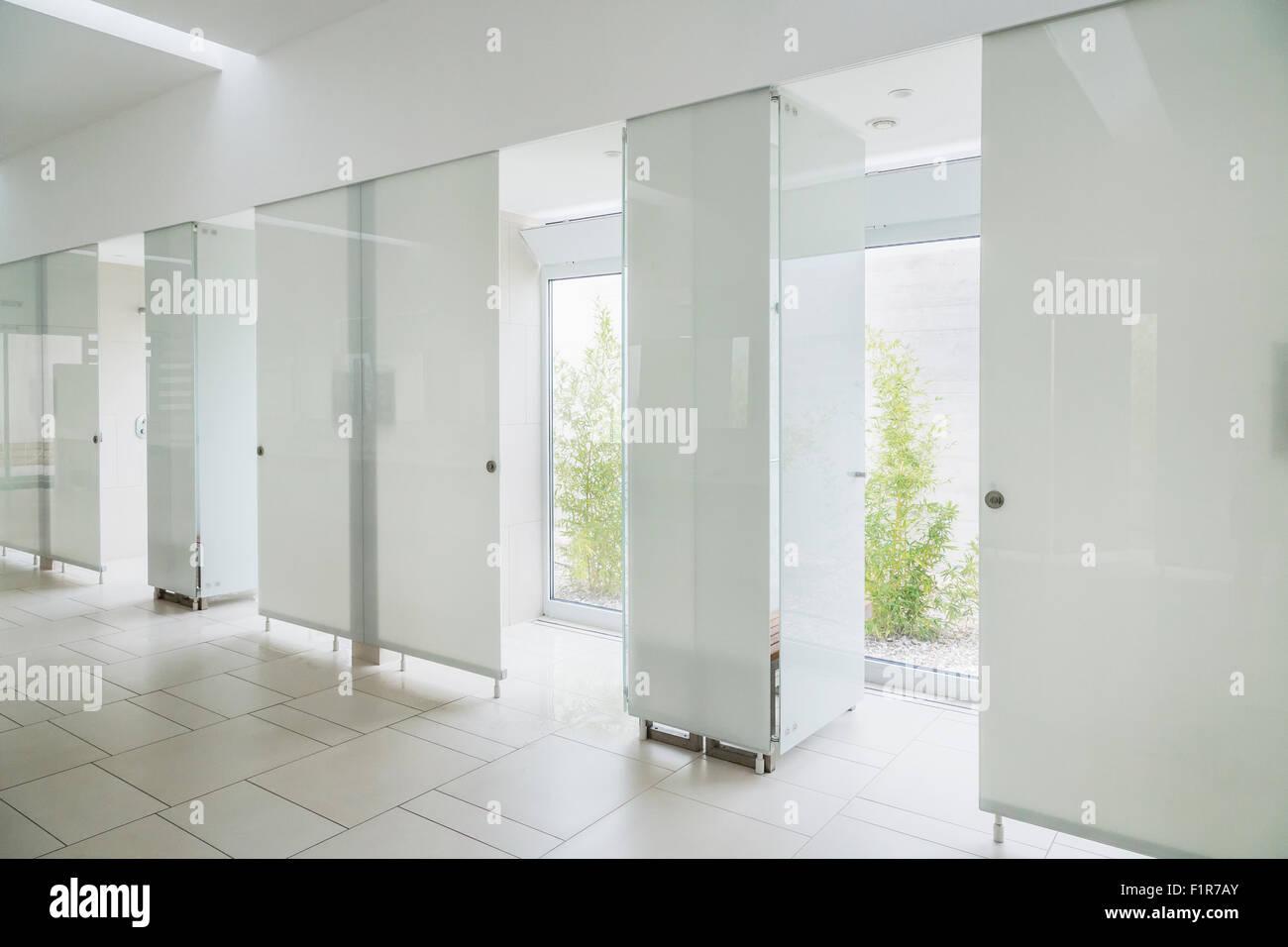 Bagni Con Doccia Alla Finestra : Moderno bagno interno in marmo con sportello in vetro doccia e