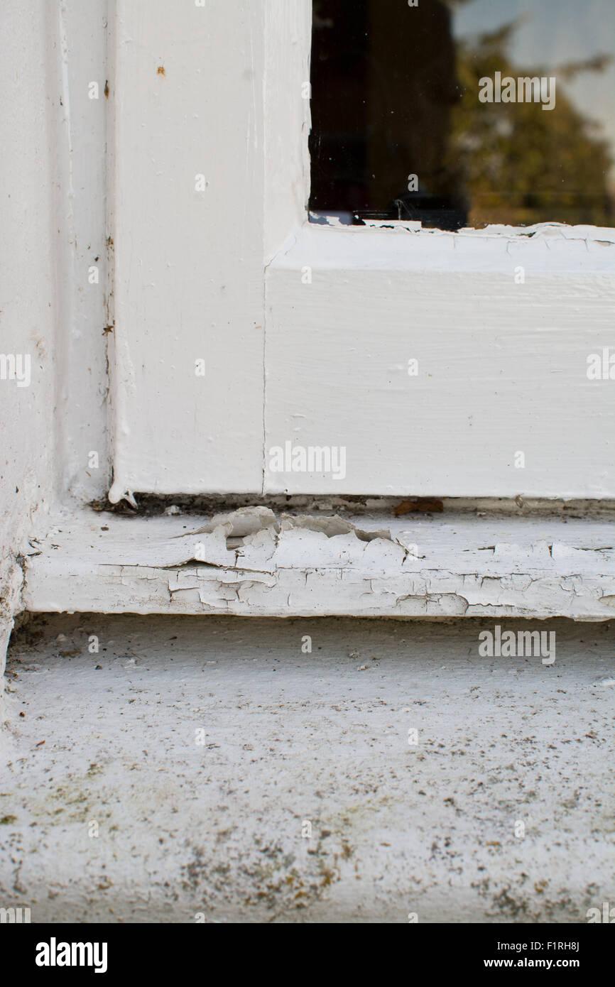 Vernice incrinata la pelatura in legno esterni davanzale Immagini Stock
