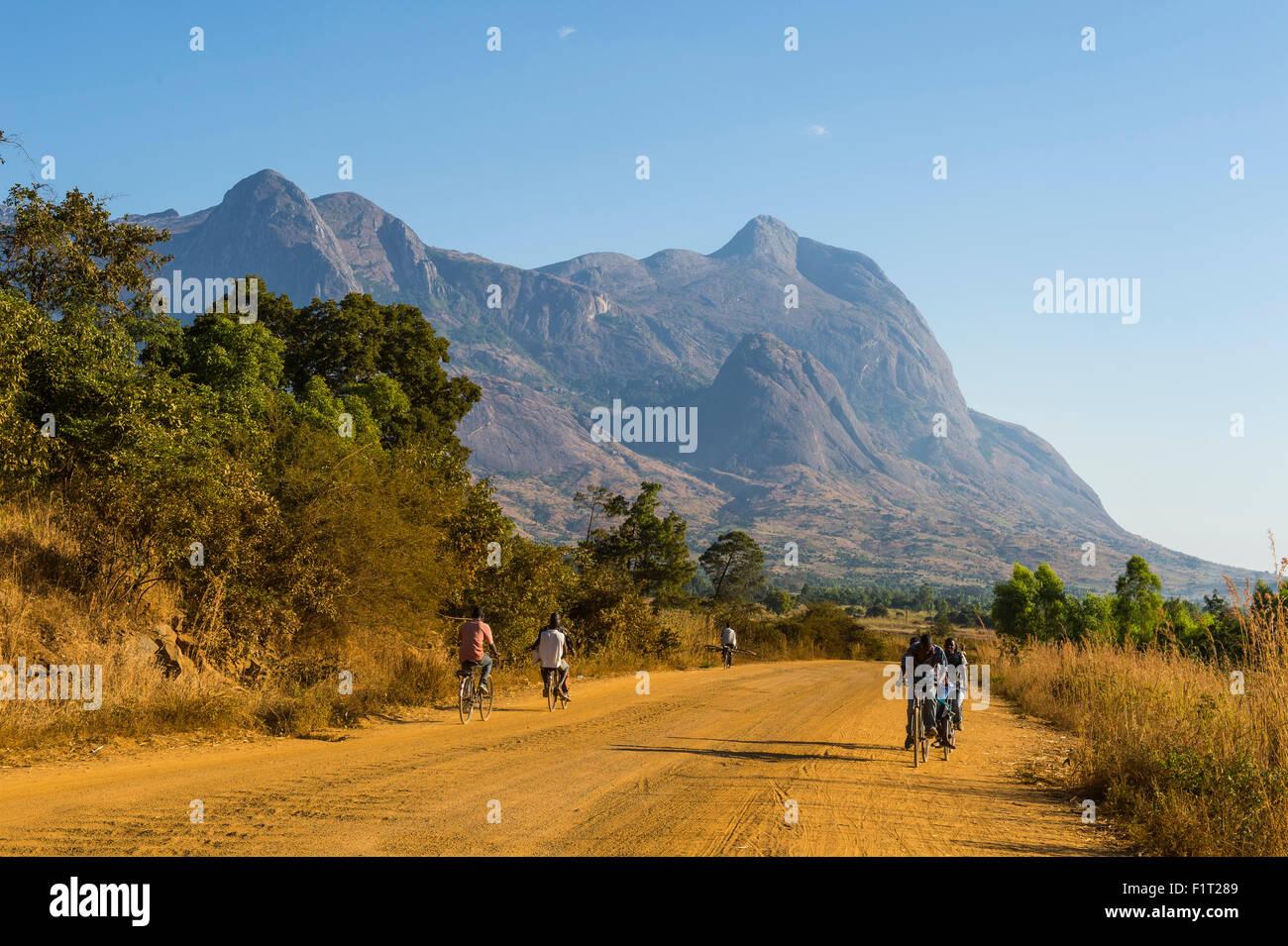 Strada che conduce alle vette di granito del monte Mulanje, Malawi, Africa Immagini Stock