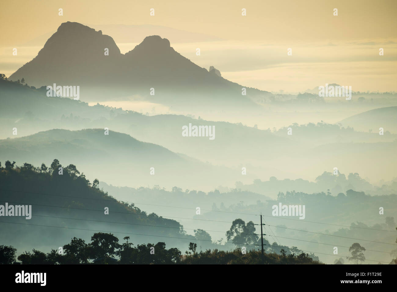 Sunrise e la nebbia oltre le montagne circostanti Blantyre, Malawi, Africa Immagini Stock