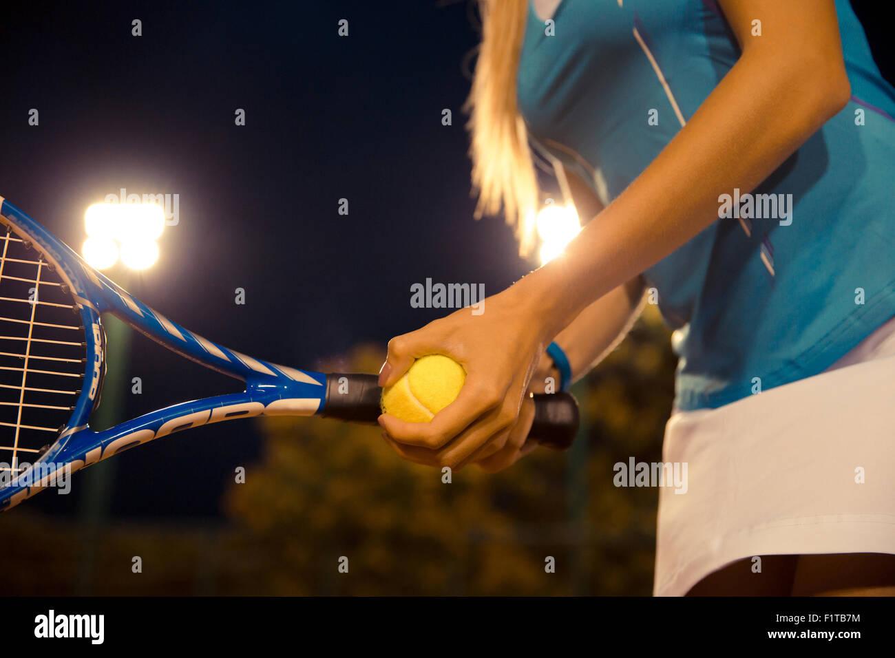 Closeup ritratto di una femmina di giocatore di tennis Racchetta di contenimento e la sfera Immagini Stock