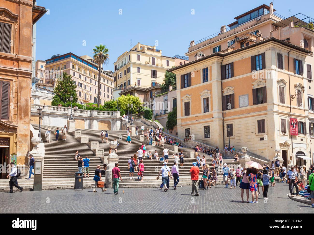 I turisti a piedi fino alla scalinata di Piazza di Spagna Roma roma lazio italia Europa UE Immagini Stock