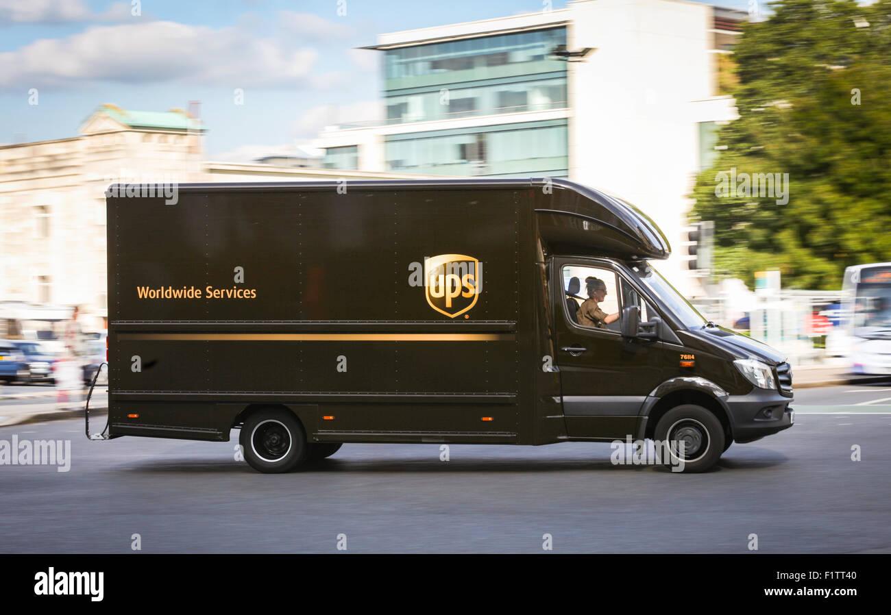 UPS van che effettua consegne in Southampton, Hampshire, Regno Unito Immagini Stock