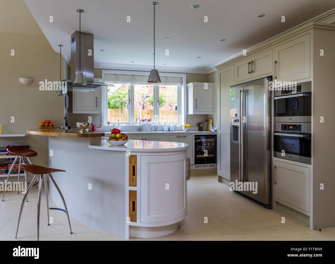 Dipinto di bianco di cucina con forno stile americano fridgefreezer
