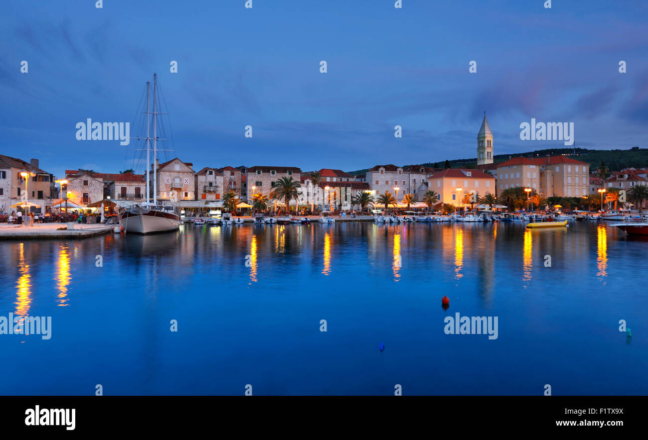 Supetar città sull isola di Brac in serata. Immagini Stock