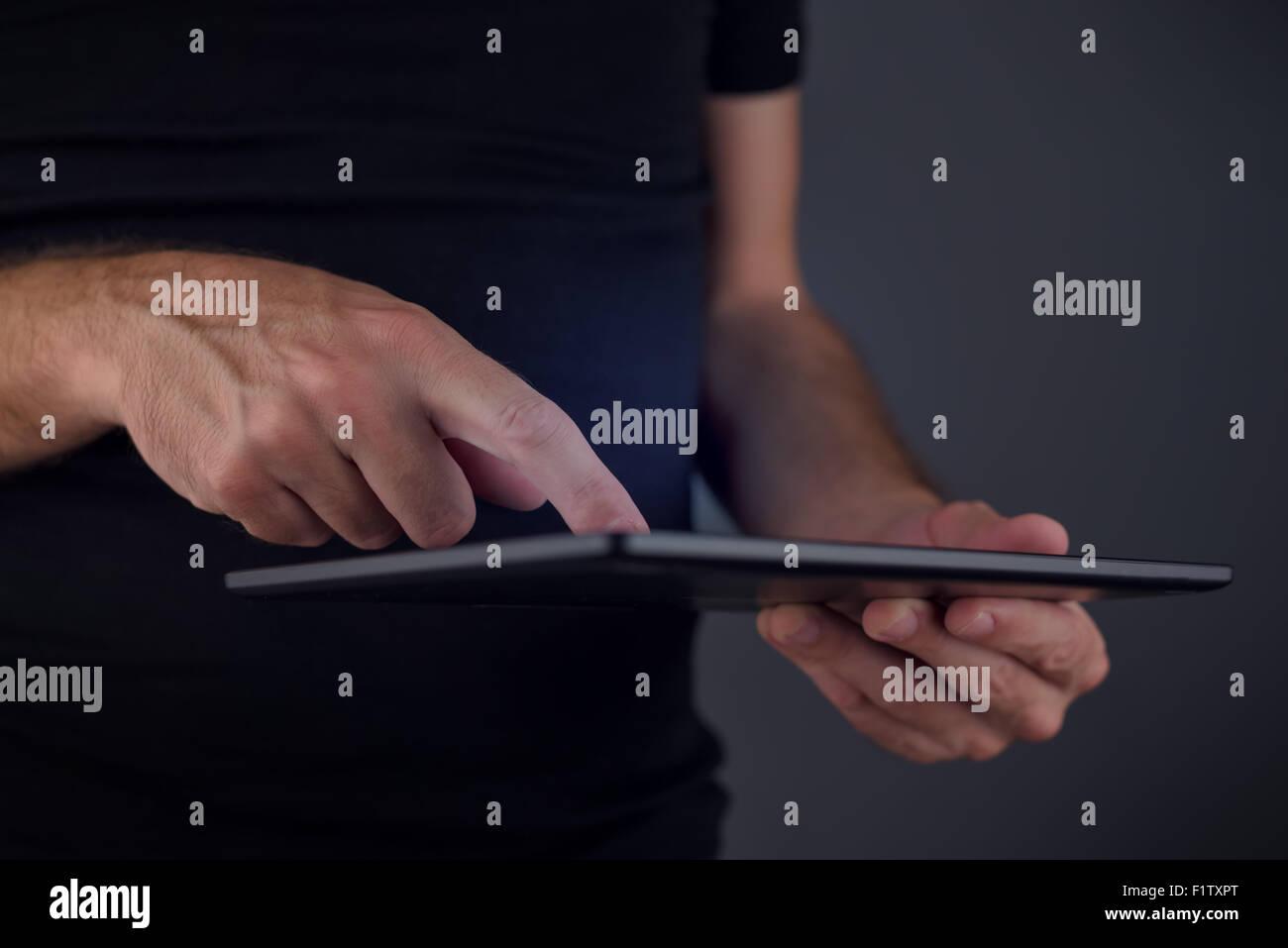 Tavoletta digitale utilizzo del computer, uomo toccando il touch screen di elettronica mobile tecnologia gadget, Immagini Stock