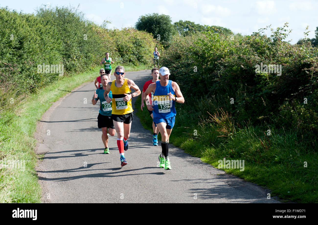 Mezza maratona in una strada di campagna, Warwickshire, Regno Unito Immagini Stock